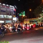 Verkehr in HCMC bei Nacht