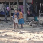 Kinder aus dem Stelzendorf Tad Lo