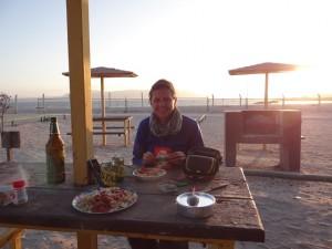 Camping Dinner beim Sonnenuntergang